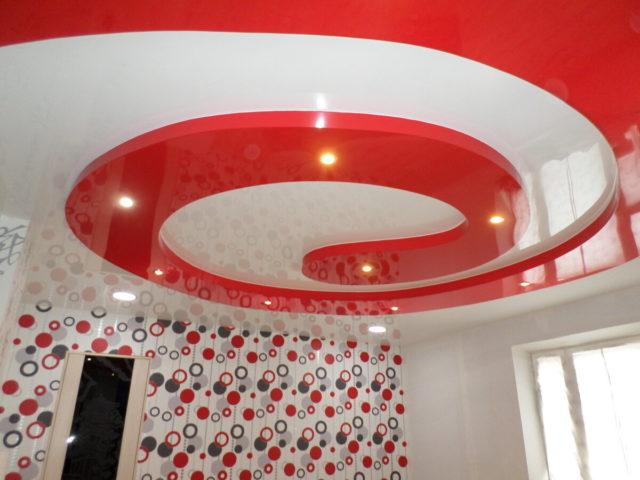 Красно-белый двухуровневый потолок