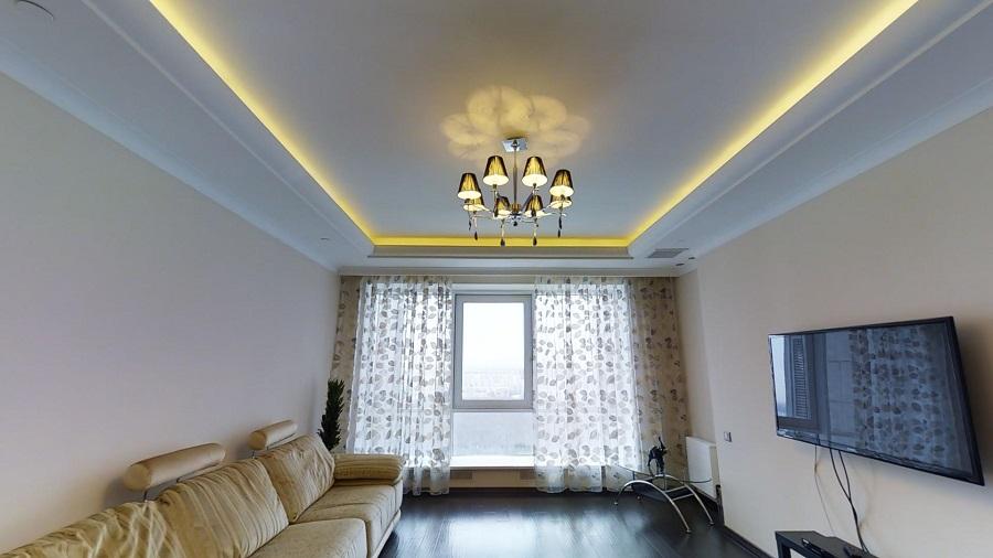 Белый двухуровневый потолок интерьере