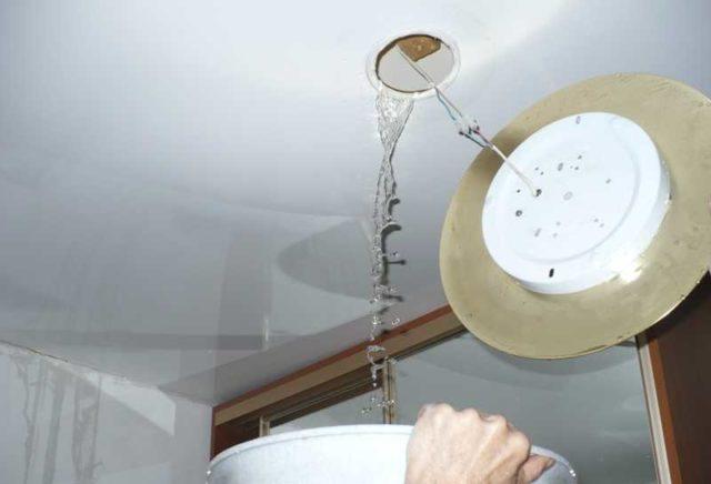Как слить воду с натяжного потолка с минимальными затратами