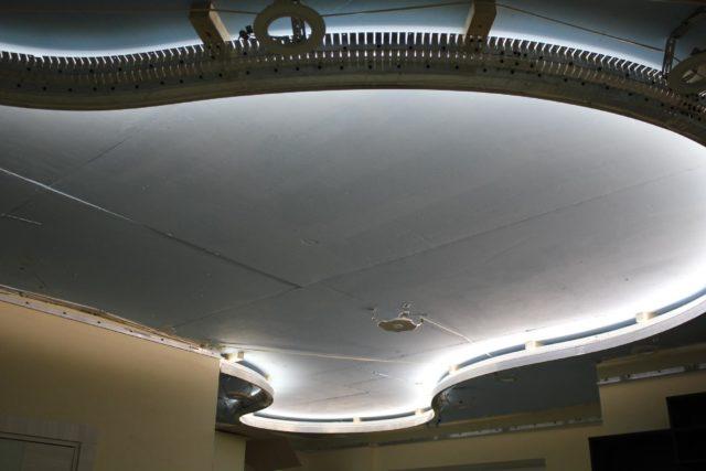 Светодиодная лента в профиле для двухуровневого потолка