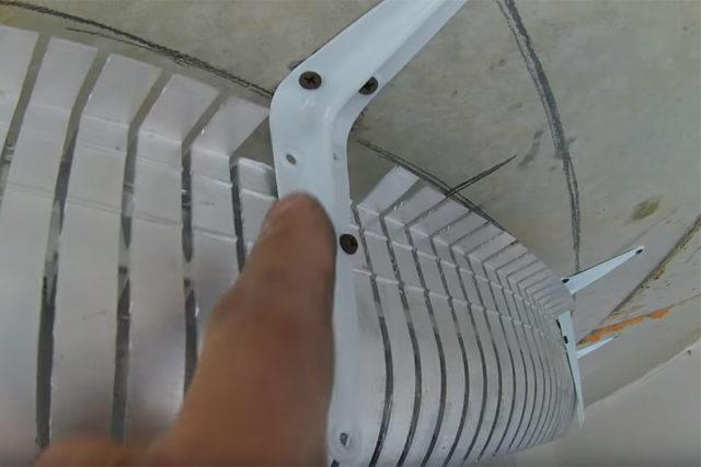 Профиль крепится на металлические уголки