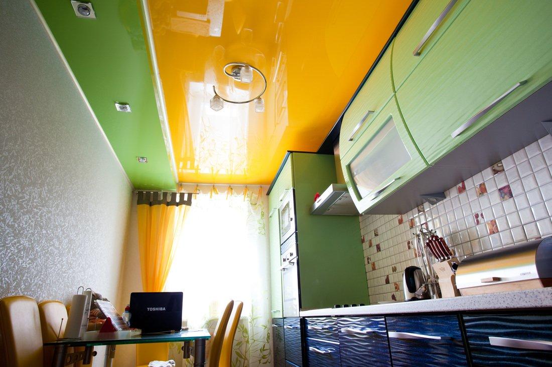 Цветной глянцевый потолок на кухне