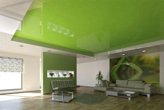 Глянцевый потолок зеленого цвета