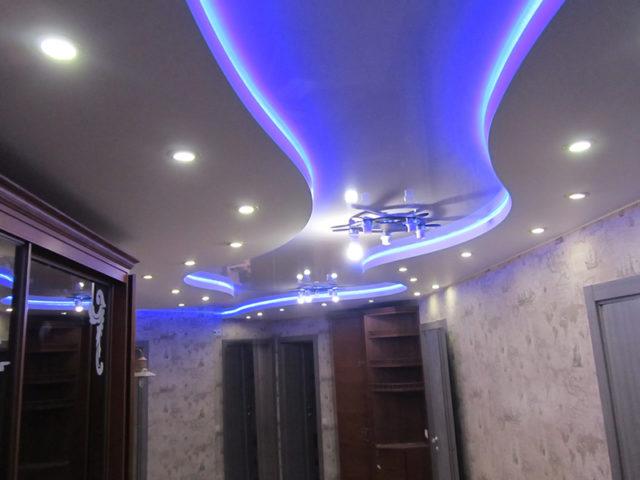 Двухъярусный потолок с подсветкой