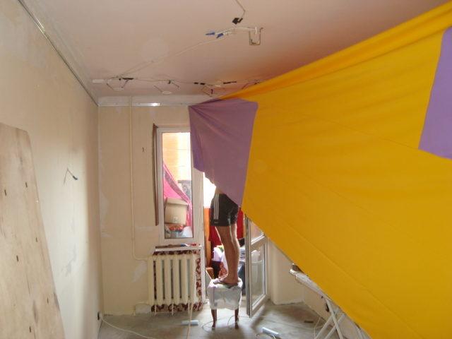 Натяжка двухцветного спаянного потолка