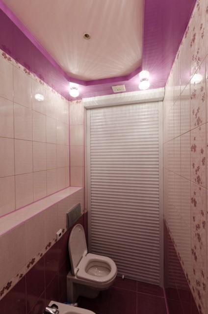 Двухуровневый потолок в туалете