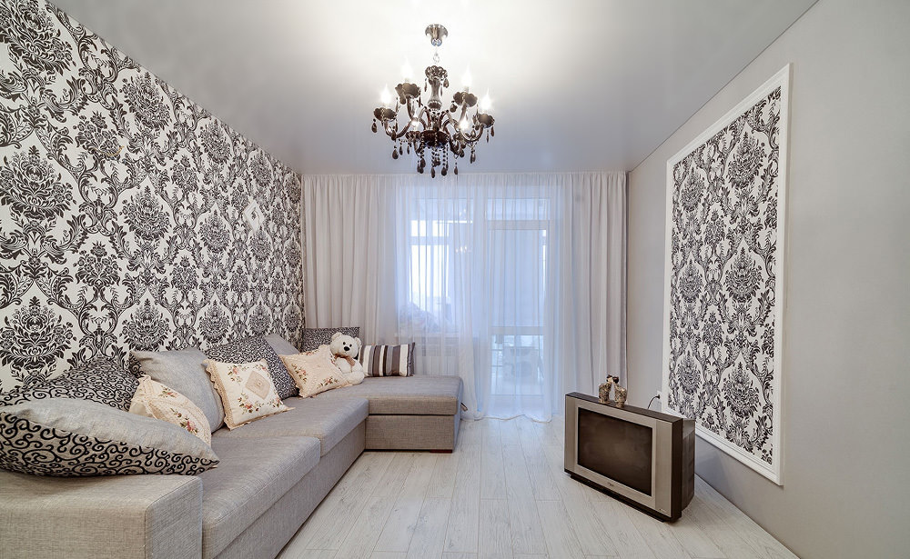 Светлый сатиновый потолок