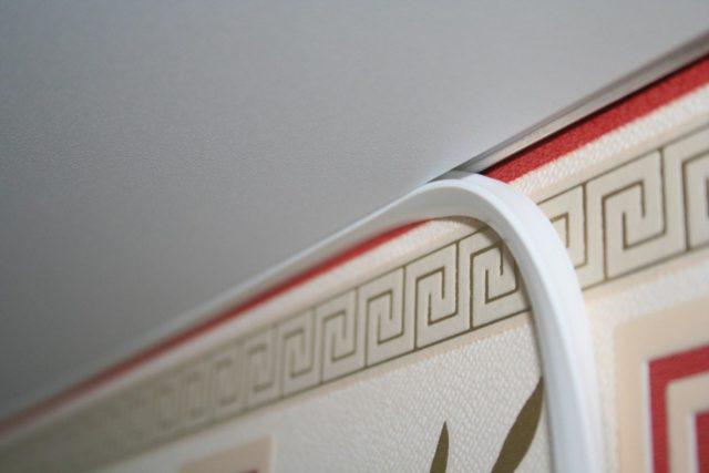 Чем закрыть щель между натяжным потолком и стеной: способы маскировки стыка