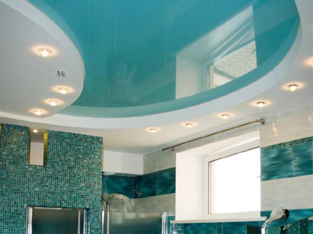 Двухуровневый бирюзовый потолок с белым