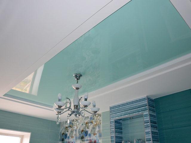 Бело-бирюзовый потолок