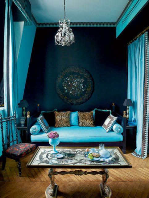 Бирюзовое полотно с темно-синими стенами