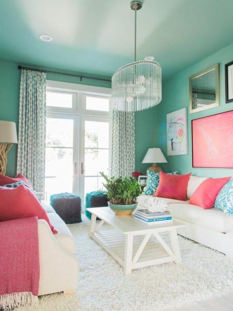 Бирюзовый потолок с цветом фуксия в интерьере