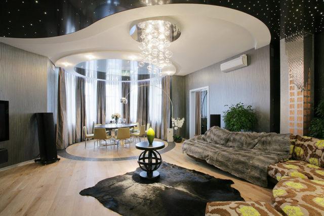 Натяжной потолок в гостиной с эркером