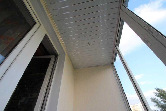 Отделка потолка алюминиевыми рейками