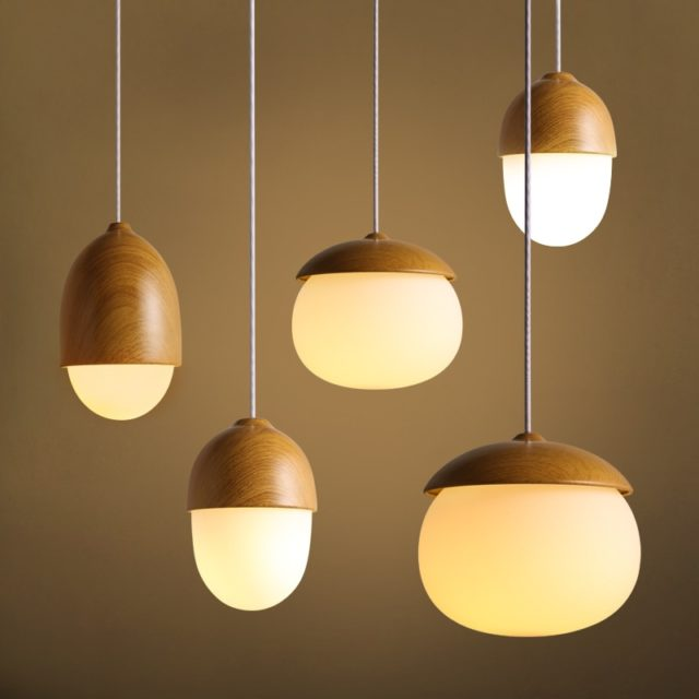 Подвесная люстра с деревянными элементами