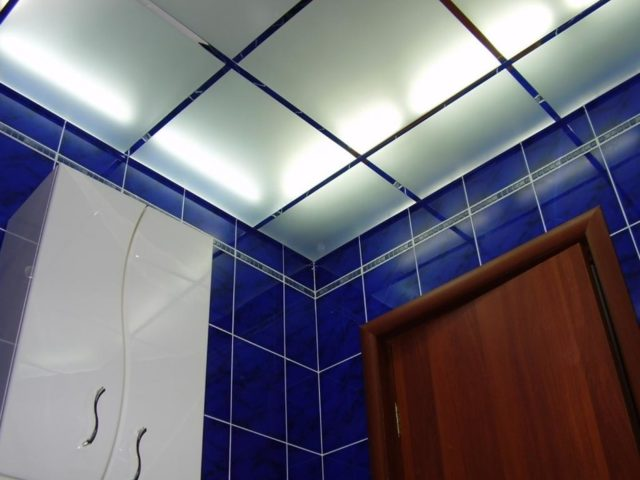 Стеклянный потолок в ванную