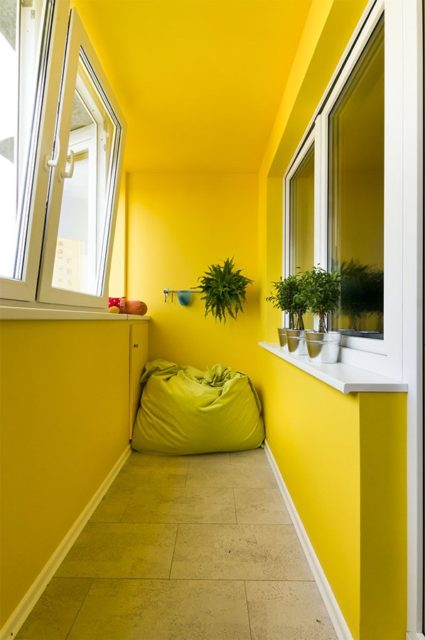 Желтый крашеный потолок