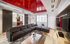 Красный глянцевый натяжной потолок в интерьере гостиной