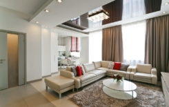 Выбираем дизайн натяжных потолков для зала и гостиной
