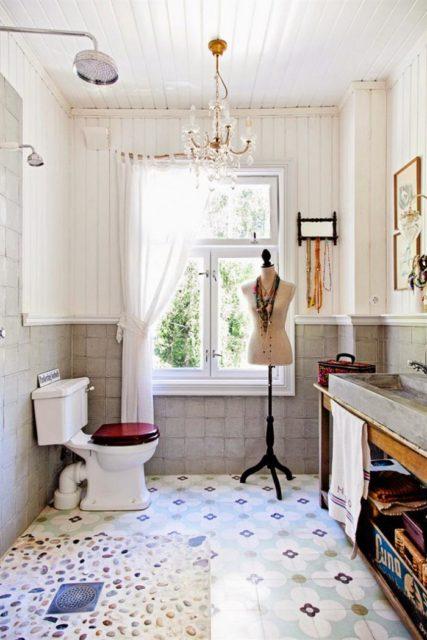 Потолок в туалете из белых пластиковых панелей