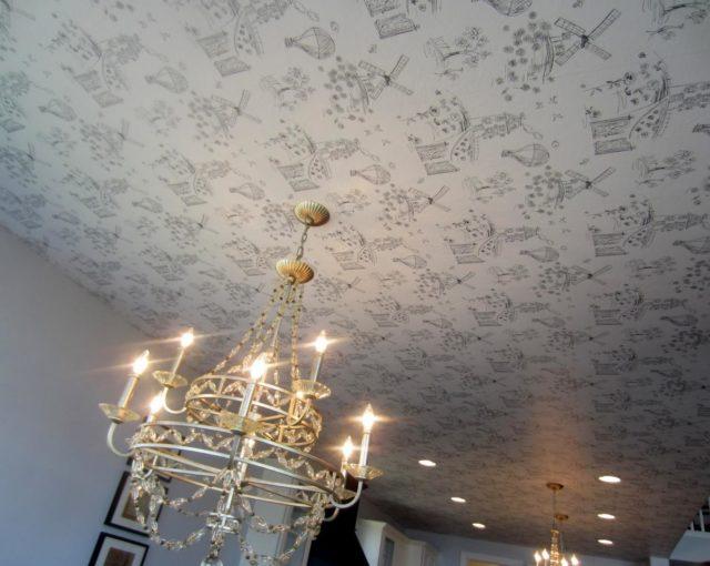 Бумажные обои на потолке