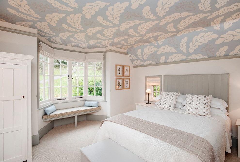 Бумажные обои на потолке в интерьере спальни