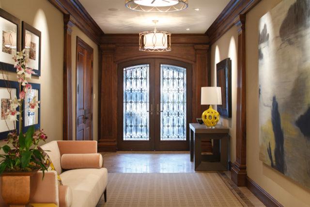 Подвесной светильник в холле