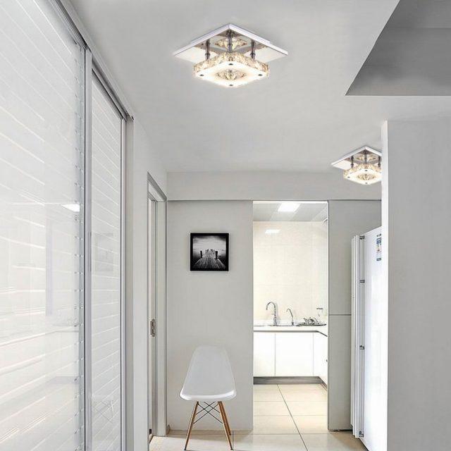 Потолочный светильник в коридоре