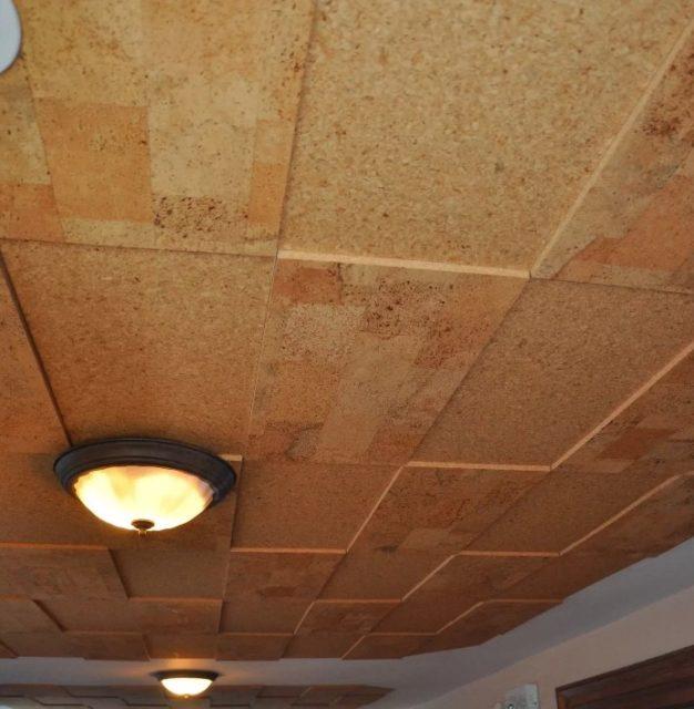 Пробковые панели на потолке