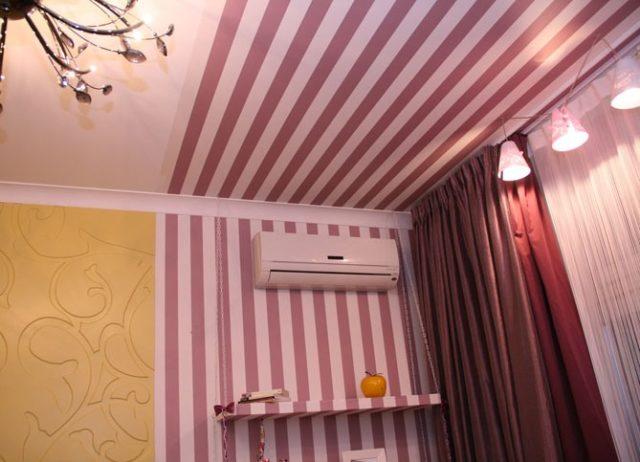 Зонирование с помощью обоев на потолке