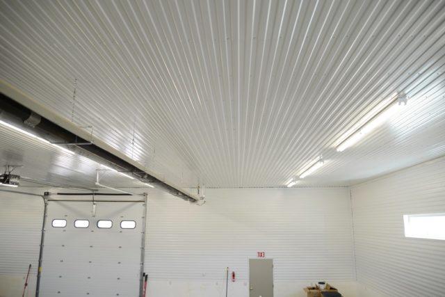 Потолок в гараже из профнастила