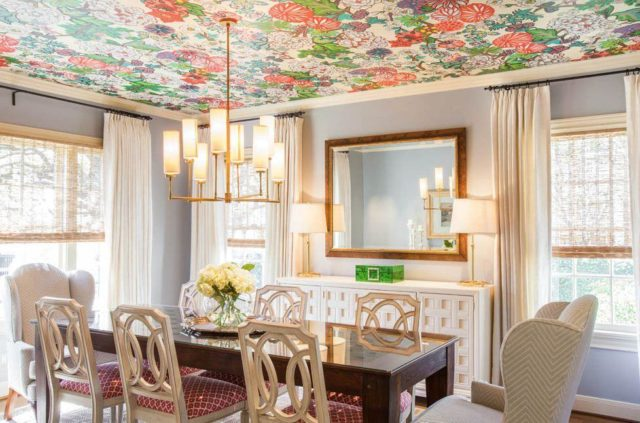 Крупные цветы на поверхности потолка