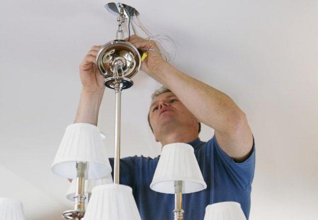 Снятие люстры с потолка