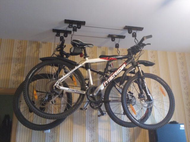 Установленные на потолке велосипеды