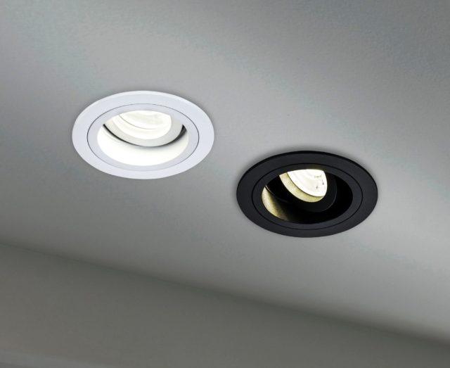Черный и белый светильники