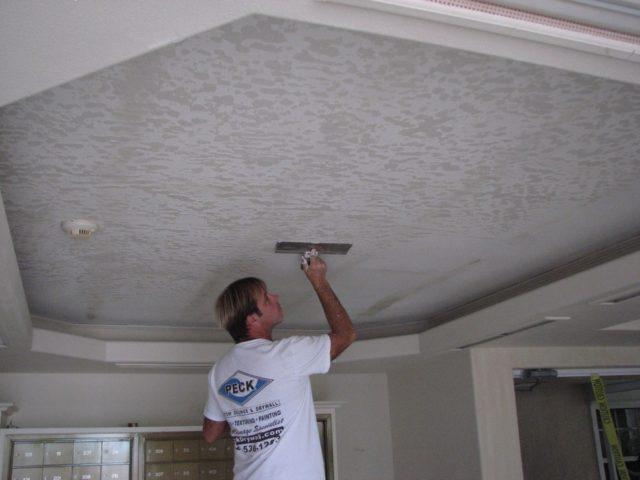 Декоративная покраска потолка шпателем