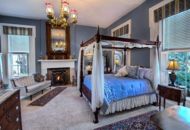 Кровать с балдахином в спальне синих тонов