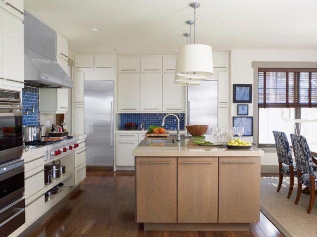 Кухня с высоким потолком