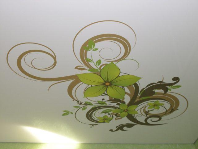 Многоцветный узор на потолке