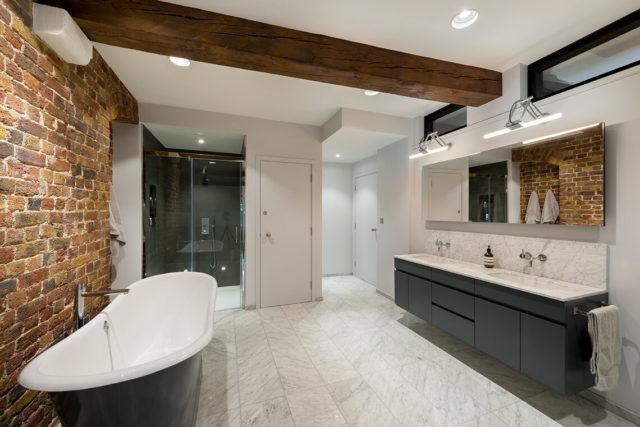 Натяжной потолок с фальшбалкой в ванной