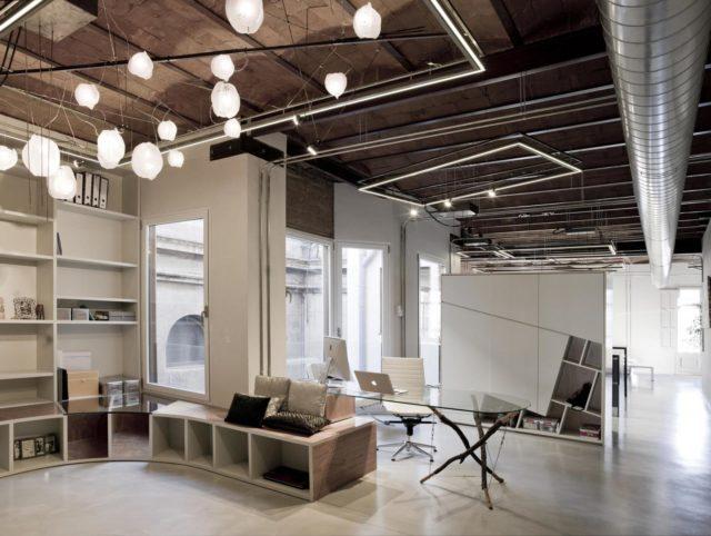 Офис в стиле лофт с высокими потолками