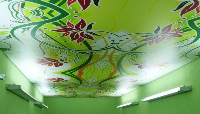 Цветной узор на потолке