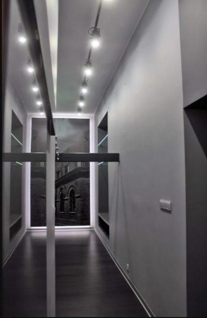 Трековая система освещения в коридоре
