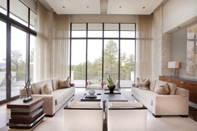Высокие окна в гостиной
