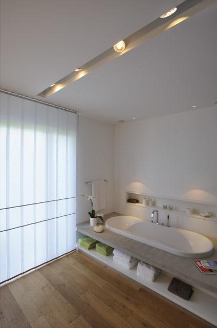Споты в интерьере ванной