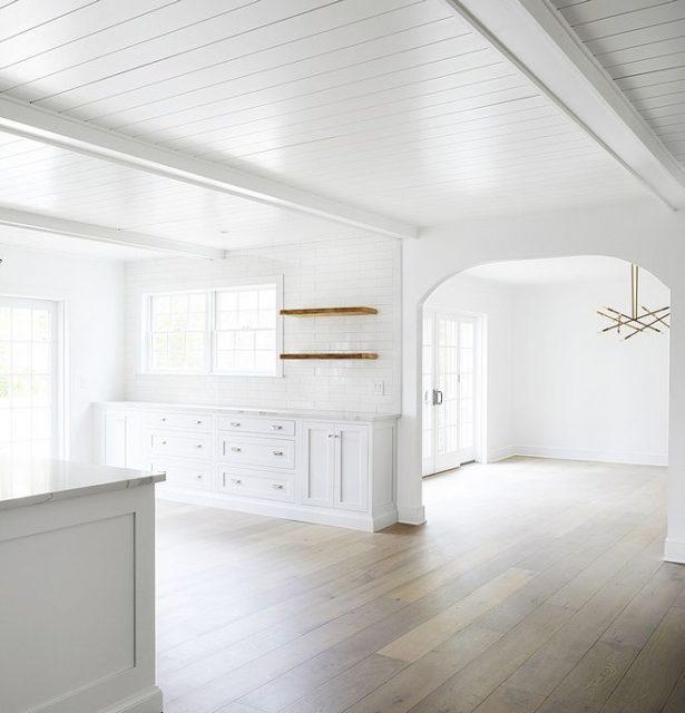 Потолок окрашенный белой глянцевой краской