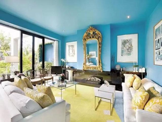 Голубой потолок с голубыми стенами