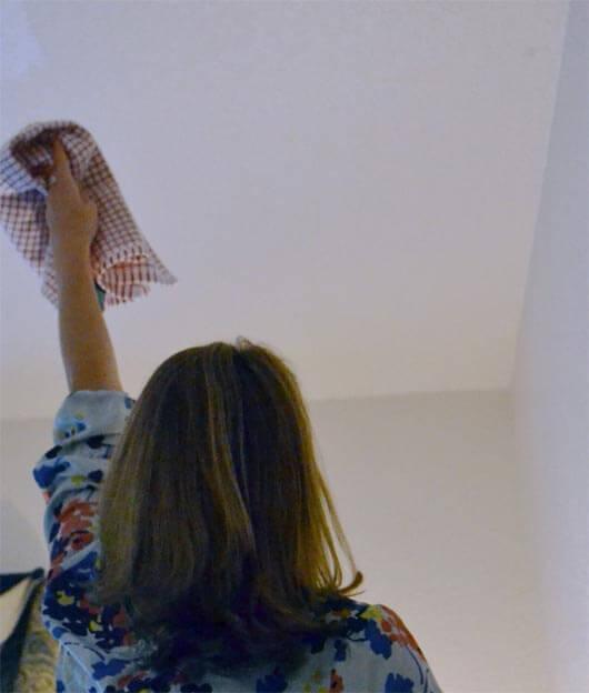 Протираем потолок насухо