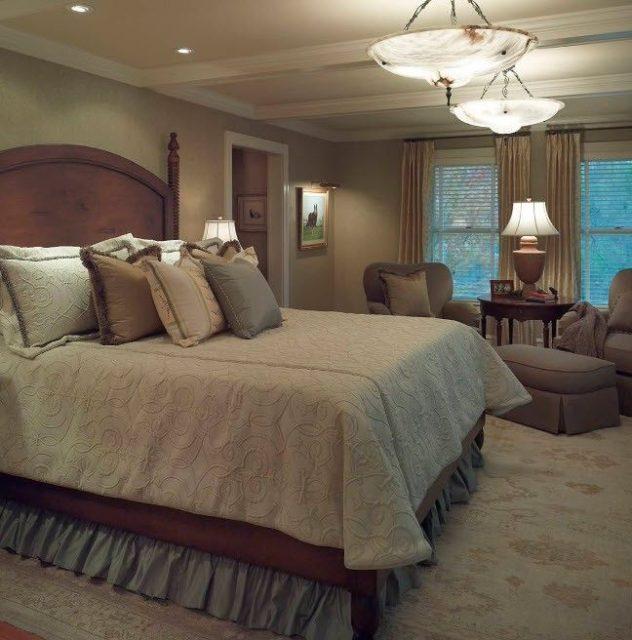 Две люстры в спальне вытянутой формы