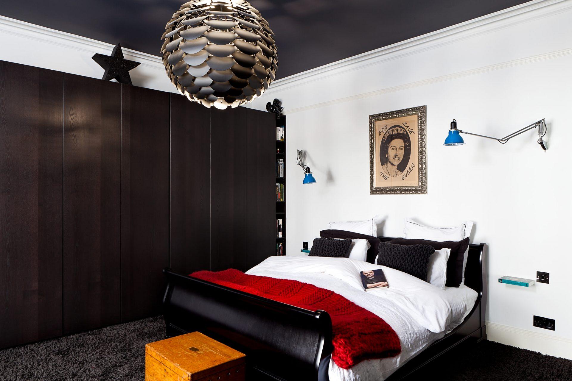 Круглая люстра в квадратной спальне